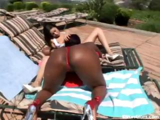 Open-air interracial lesbian sex under the sexy sun